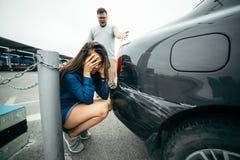Окрик человека на женщине из-за поцарапанного автомобиля Стоковые Фотографии RF