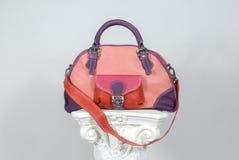 Округленная красочная кожаная сумка на греческом столбце стоковая фотография