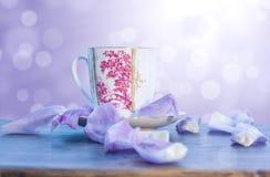 округленный фарфор лепестков чашки Стоковые Изображения RF