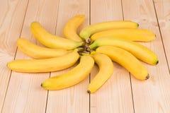 Округлая форма банана как цветок на древесине Стоковое Изображение RF