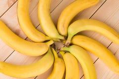 Округлая форма банана как цветок на древесине Стоковые Изображения RF