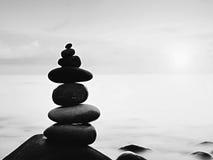 Округленные красочные камни стоят в форме камня пирамиды большого округленного на море Стоковые Фото