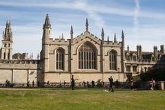 Оксфорд, Великобритания - 13-ое октября 2018: Церковь университета St Mary девственница Самая старая часть церков whi башни стоковые фотографии rf