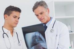 2 доктора анализируя рентгеновский снимок Стоковые Изображения RF