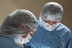 2 доктора во время деятельности в больнице OP Стоковое фото RF