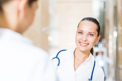 2 доктора говоря в лобби Стоковое фото RF