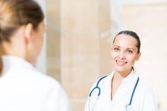 2 доктора говоря в лобби Стоковое Изображение RF