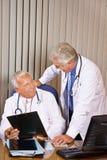 2 доктора говоря в офисе больницы Стоковая Фотография