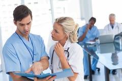 2 доктора говоря о голубом файле Стоковая Фотография RF