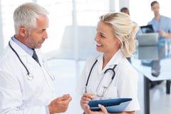2 доктора говоря друг к другу Стоковые Фотографии RF