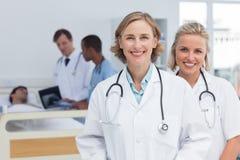 2 доктора женщин стоя и смотря камера Стоковая Фотография RF