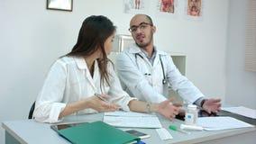 2 доктора имея конфликт в офисе акции видеоматериалы