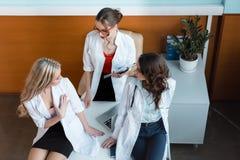3 доктора имея переговор на рабочем месте Стоковые Фото
