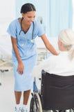 доктора и пациент в кресло-коляске Стоковая Фотография RF
