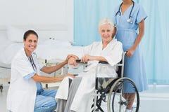 доктора и пациент в кресло-коляске Стоковое Изображение