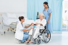 доктора и пациент в кресло-коляске Стоковые Фотографии RF