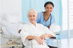 доктора и пациент в кресло-коляске Стоковое Фото