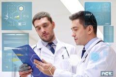 2 доктора на больнице с доской сзажимом для бумаги Стоковые Фотографии RF