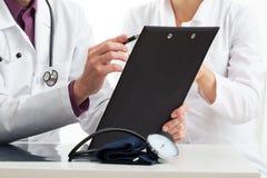 2 доктора на медицинском совете Стоковые Фотографии RF