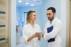 2 доктора обсуждая диагноз пока идущ Стоковое Изображение