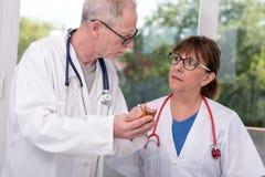 2 доктора обсуждая о лекарстве Стоковые Фотографии RF