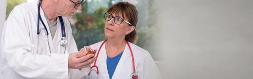 2 доктора обсуждая о лекарстве Стоковые Изображения