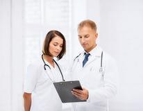 2 доктора писать рецепт Стоковые Изображения RF