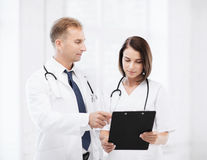 2 доктора писать рецепт Стоковая Фотография