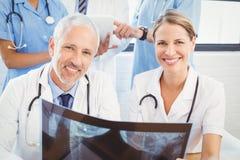 2 доктора проводя отчет о рентгеновского снимка Стоковая Фотография