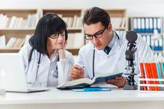 2 доктора работая в лаборатории Стоковое Фото