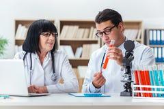 2 доктора работая в лаборатории Стоковое Изображение RF