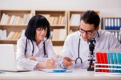 2 доктора работая в лаборатории Стоковые Изображения RF