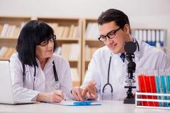 2 доктора работая в лаборатории Стоковые Фотографии RF
