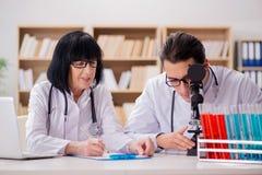 2 доктора работая в лаборатории Стоковые Изображения