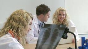 3 доктора работая в команде сток-видео