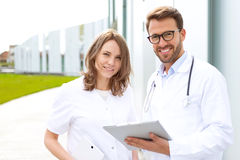 2 доктора работая перед клиникой Стоковое Фото
