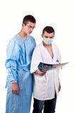 Портрет 2 докторов рассматривая рентгеновские снимки Стоковая Фотография