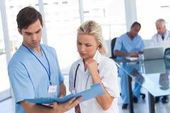 2 доктора рассматривая файл Стоковое Изображение RF