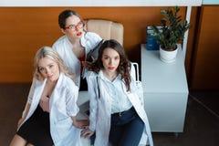 3 доктора сидя на таблице в шкафе Стоковая Фотография RF