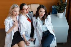 3 доктора сидя на таблице в шкафе Стоковые Фотографии RF
