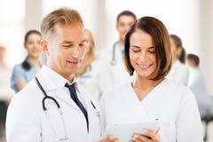 2 доктора смотря ПК таблетки Стоковое фото RF