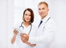 2 доктора смотря ПК таблетки Стоковое Фото