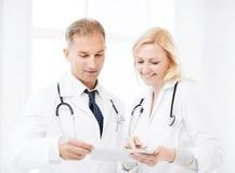 2 доктора смотря ПК таблетки Стоковые Изображения