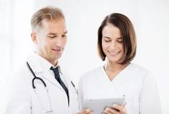 2 доктора смотря ПК таблетки Стоковые Фото