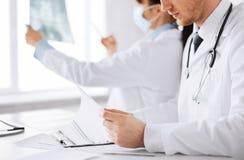 2 доктора смотря рентгеновский снимок Стоковое фото RF