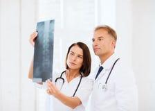 2 доктора смотря рентгеновский снимок Стоковые Фото