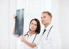 2 доктора смотря рентгеновский снимок Стоковое Фото