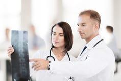 2 доктора смотря рентгеновский снимок Стоковая Фотография