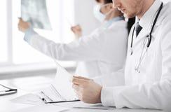 2 доктора смотря рентгеновский снимок Стоковые Фотографии RF