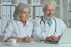 2 доктора с деятельностью компьтер-книжки Стоковые Изображения RF
